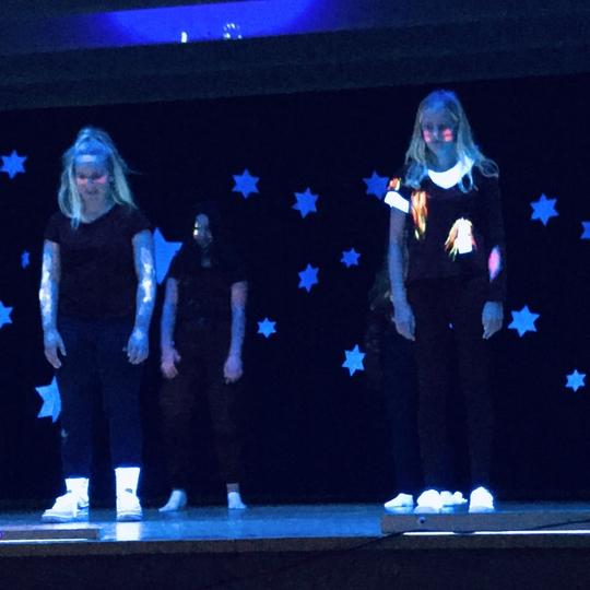 Halloween-Schwazlicht-Choreografie aus Darstellen und Gestalten